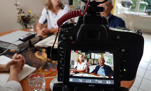 foto van camera gericht op interview met mensen